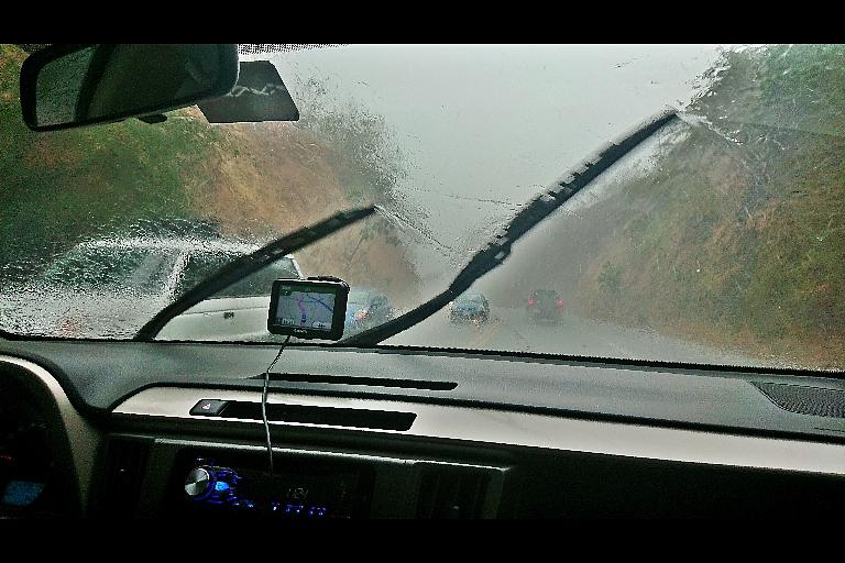 unterwegs in einem heftigen Regenschauer in Costa Rica