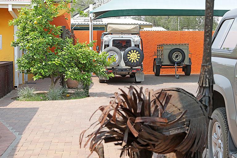 Landy auf dem Parkplatz der Casa Piccolo in Windhoek, Namibia