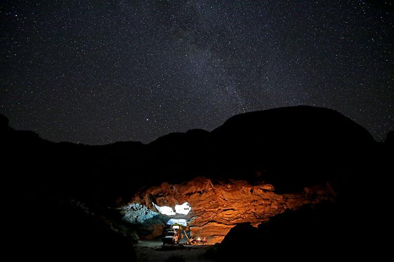 Landy mit Dachzelt unter dem Sternenhimmel von Mirabib, Namibia