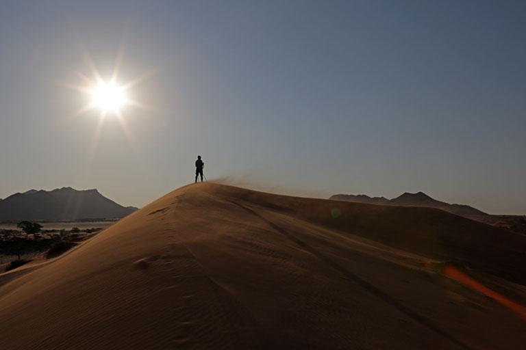 Dirk auf einem Dünenkamm im NamibRand Nature Reserve, Namibia