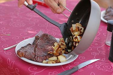 Steak mit Bratkartoffeln zum MIttagessen, NamibRand, Namibia