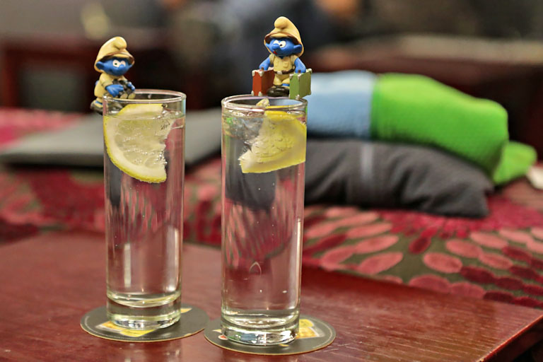 Safari-Schlümpfe warten bei Gin Tonic auf den Abflug, Windhoek, Namibia