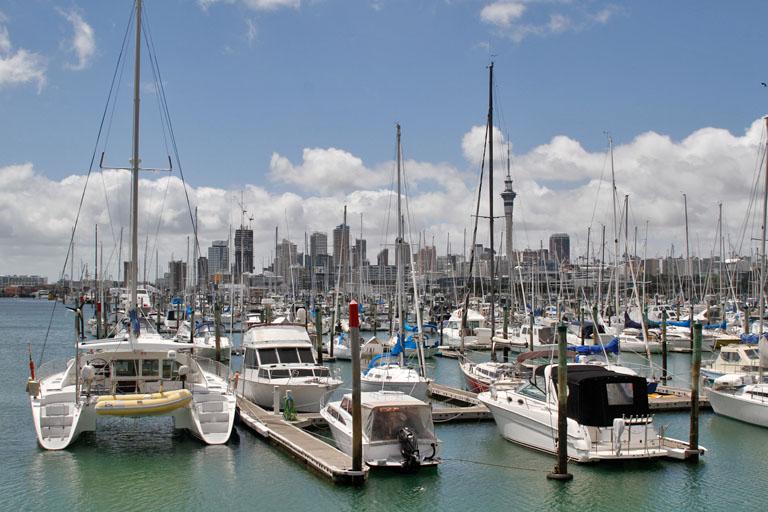 Blick auf die City von Auckland von der Westhaven Marina, Neuseeland