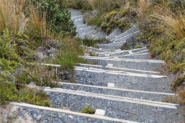 steile Treppen auf dem Silica Rapids Walk, Tongariro, Neuseeland