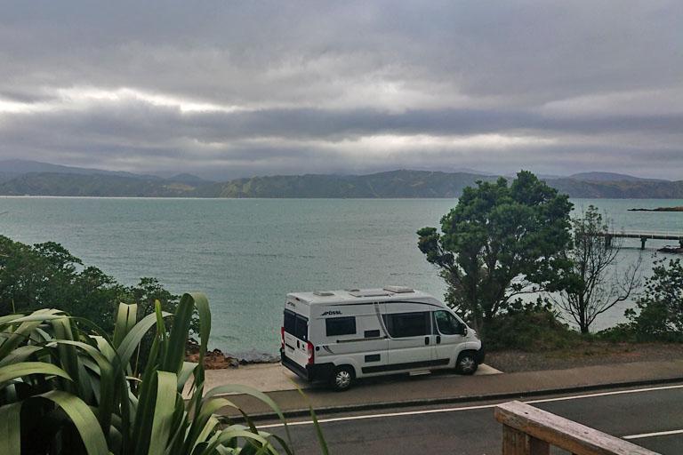 Blick über die Karaka Bay von der Edgewater Lodge aus, Wellington, Neuseeland