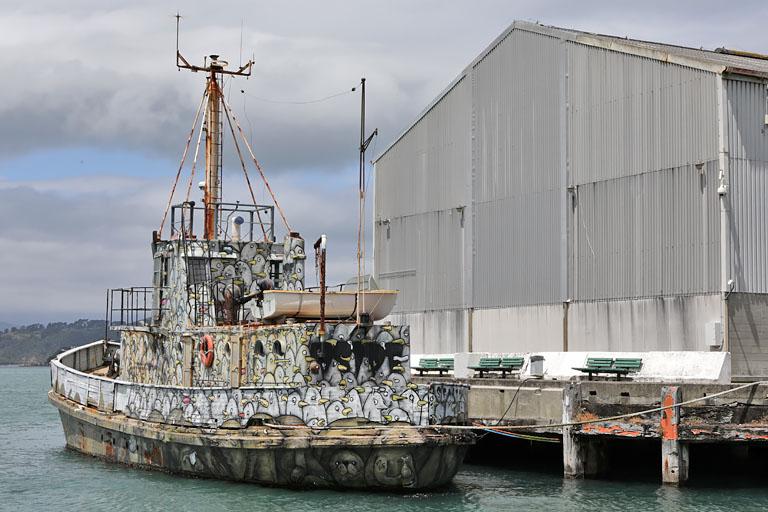witzig bemalts Schiff m Hafen von Wellington, Newitzig bemaltes Schiff im Hafen von Wellington, Neuseelanduseeland