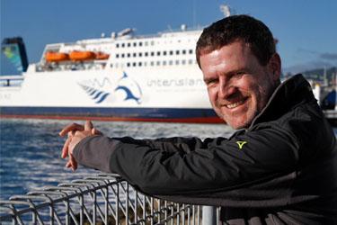 Dirk wartet auf die Interislander-Fähre Wellington nach Picton, Wellington, Neuseeland