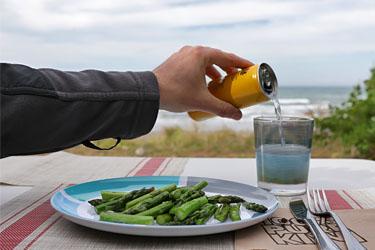 grüner Spargel und Sundowner am Marfells Beach Camp , Neuseeland