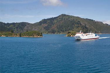 entgegenkommende Interislander-Fähre Wellington nach Picton, Neuseeland