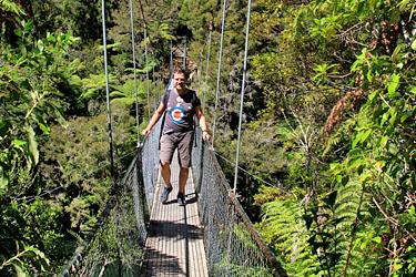 dirk auf der hängebrücke im abel tasman, neuseeland