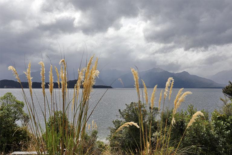 gewitterstimmung am lake manapouri, neuseeland
