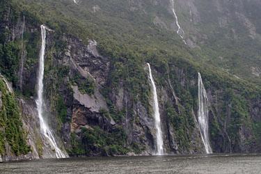 wasserfaelle im milford sound, neuseeland
