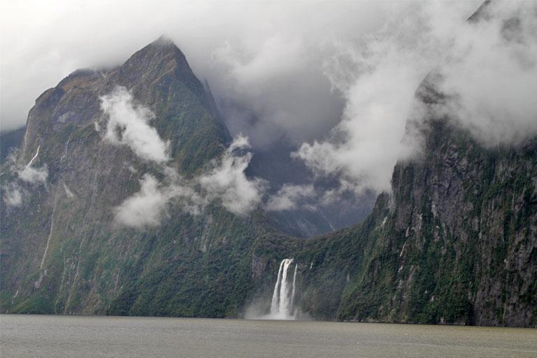 fahrt durch den milford sound, neuseeland