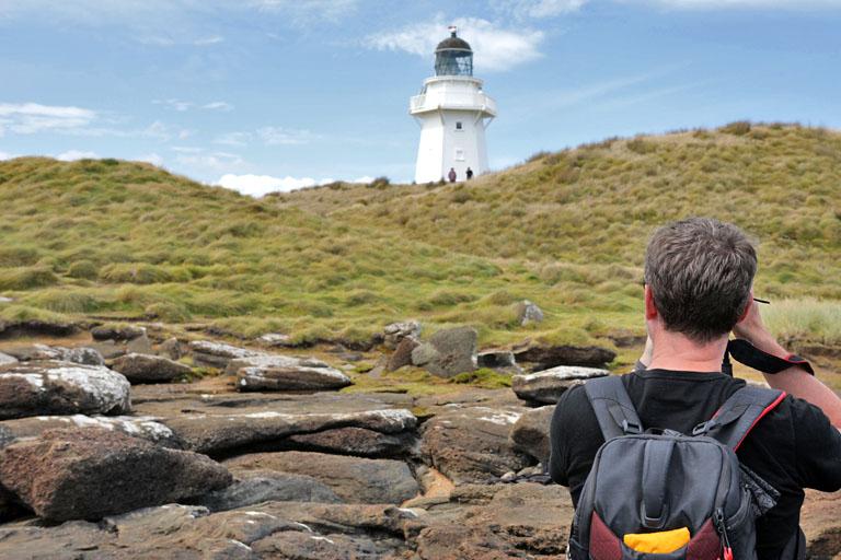 dirk fotografiert den leuchtturm am waipapa point, neuseeland