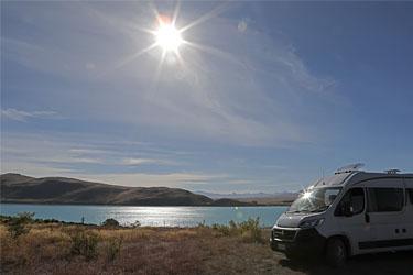 mit dem Campervan am Lake Tekapo, Neuseeland