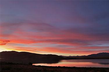 farbgewaltiger Sonnenuntergang am Lake Tekapo, Neuseeland