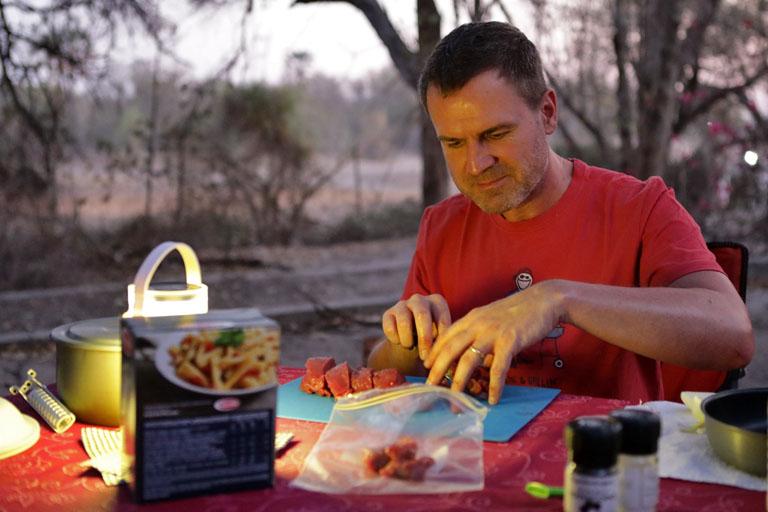 Dirk kocht Nudeln im Maun Rest Camp, Botswana