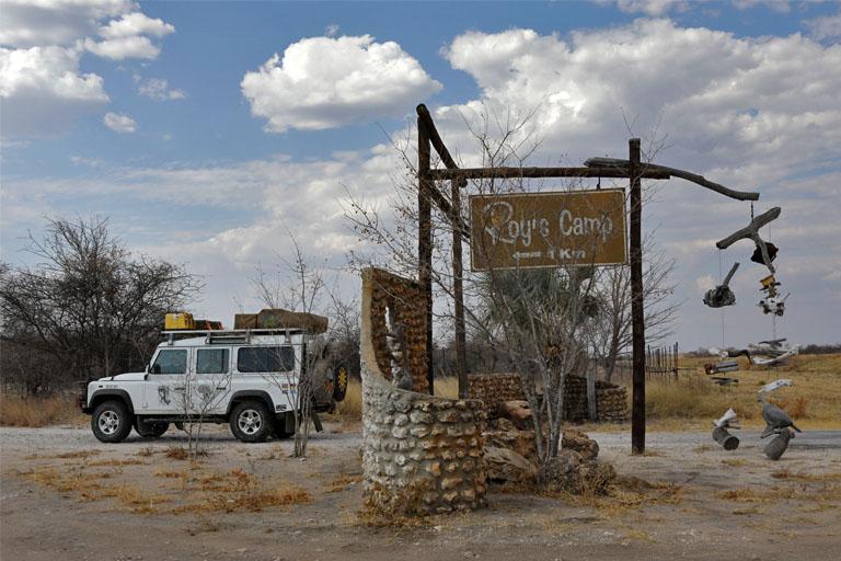 Die Einfahrt zu Roy's Camp nahe Grootfontein, Namibia