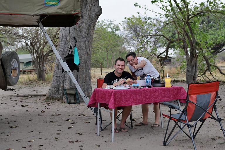 Abendessen auf der Third Bridge Campsite, Moremi, Botswana